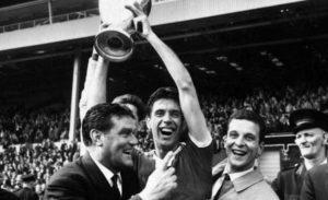 Cesare Maldini e Nereo Rocco con la prima Coppa dei Campioni conquistata dalla squadra rossonera