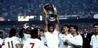 Ruud Gullit solleva la Coppa vinta dal Milan contro la Steaua Bucarest