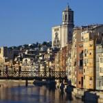 Una bella veduta di Girona e del suo fiume