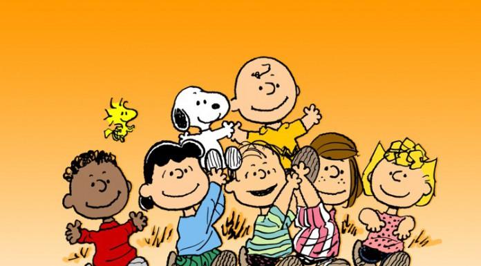 I principali protagonisti della striscia di Charles M. Schulz portano in trionfo Charlie Brown e Snoopy