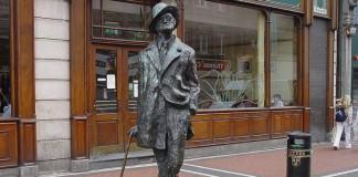 La celebre statua di James Joyce – lo scrittore irlandese per eccellenza – a Dublino