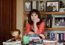 Isabel Allende circondata dai suoi libri