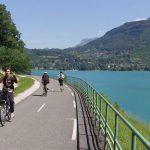 La lunga pista ciclabile attorno al lago di Annecy
