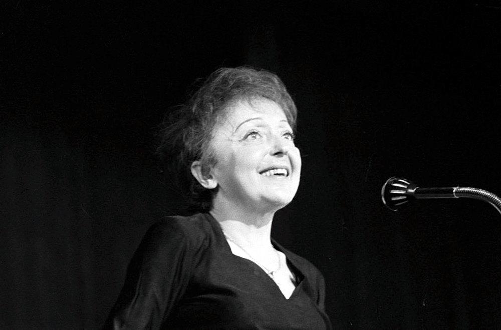Édith Piaf, simbolo della musica francese (Nationaal Archief, Den Haag, Rijksfotoarchief: Fotocollectie Algemeen Nederlands Fotopersbureau (ANEFO), 1945-1989 - negatiefstroken zwart/wit, nummer toegang 2.24.01.05, bestanddeelnummer 914-6438)