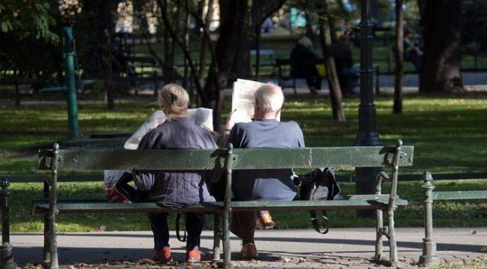 Francesi impegnati nella lettura dei loro giornali