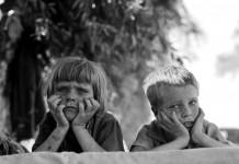 Children of Oklahoma drought refugee in migratory camp in California, una delle foto di Dorothea Lange che documentano la Grande Depressione americana