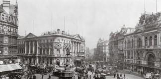 Piccadilly Circus, a Londra, nei primi anni del Novecento, negli anni d'oro del modernismo inglese