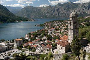 Una bella veduta delle Bocche di Cattaro, forse la meta turistica più importante del Montenegro (foto di Ggia via Wikimedia Commons)