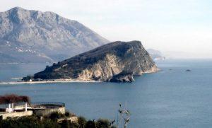 La particolarissima isola di Sveti Nikola, in Montenegro (foto di Bratislav Tabaš via Wikimedia Commons)