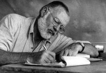 Ernest Hemingway al tavolo da lavoro