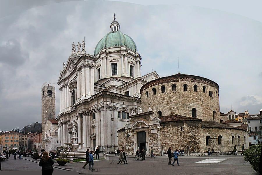 Piazza Duomo a Brescia (foto di Vitold Muratov via Wikimedia Commons)