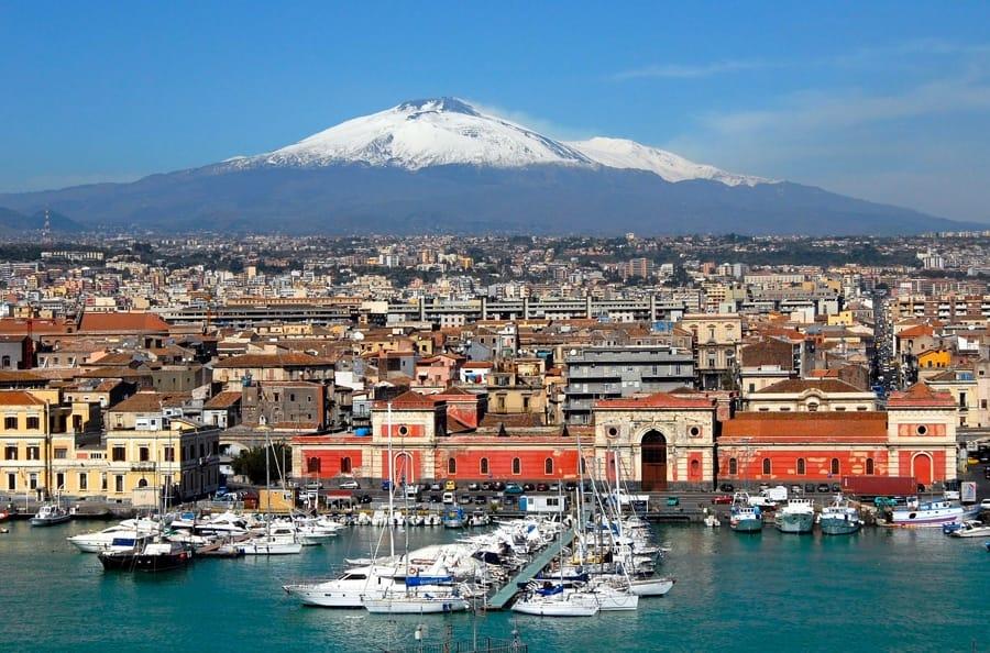 Catania con l'Etna sullo sfondo