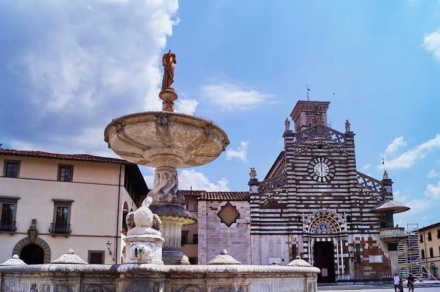 Piazza del Duomo a Prato (foto di Sansa55 via Wikimedia Commons)