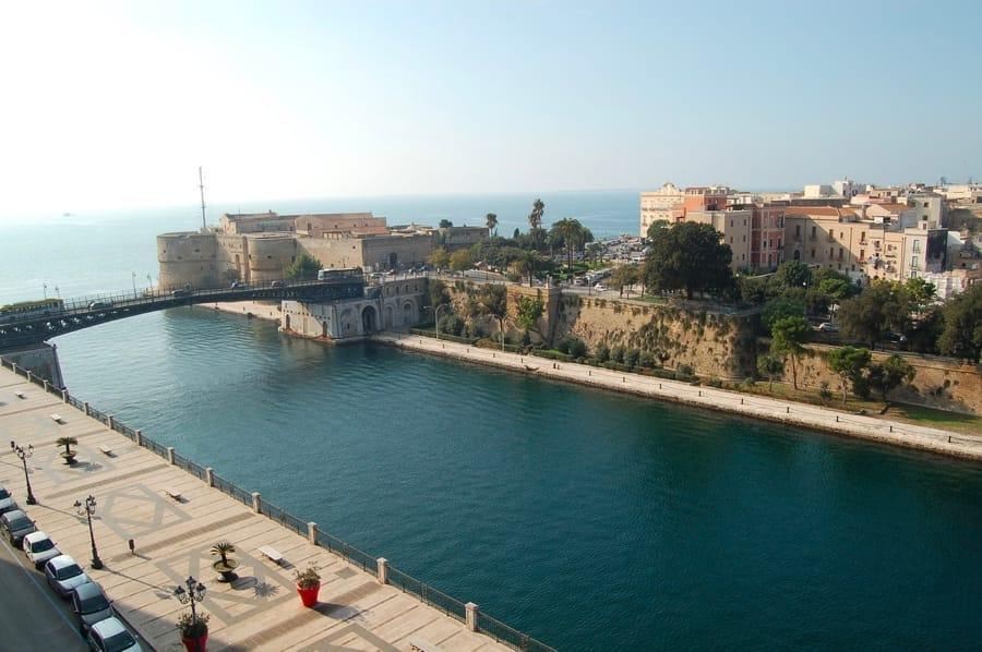 Il castello aragonese e il canale navigabile a Taranto