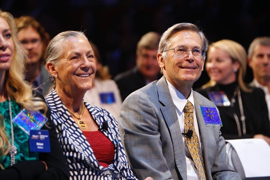 Alice e Jim Walton all'assemblea degli azionisti di Walmart nel 2011 (foto di Walmart Corporation via Flickr)