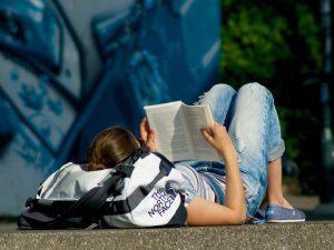 Leggere un buon libro è un'attività che mette sempre al riparo dalla noia