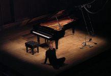 Ludovico Einaudi è uno dei pianisti che negli ultimi anni ci ha proposto musiche che si richiamano al classico e riescono a rilassare l'ascoltatore