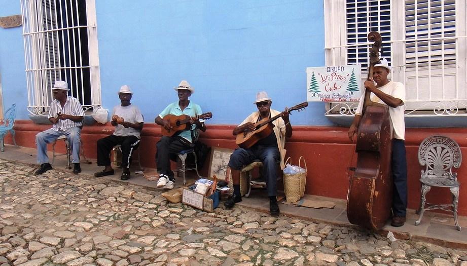 Una tipica banda cubana che suona ai bordi della strada