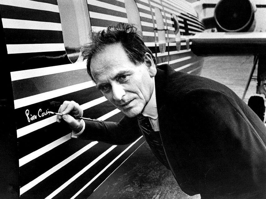 L'italofrancese Pierre Cardin mentre firma un jet da lui stesso disegnato nel 1978