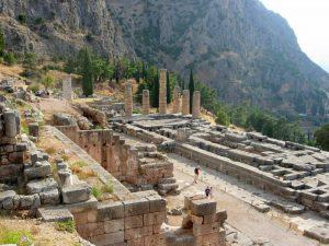 I resti del Tempio di Apollo a Delfi, uno dei più grandi esempi di architettura greca