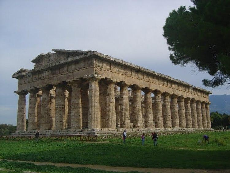 Il Tempio di Era o di Nettuno a Paestum, periptero esastilo di ordine dorico, con 6 colonne in facciata e 14 sul lato lungo