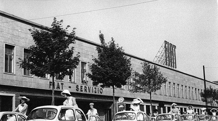 Una fila di Fiat 500 davanti agli stabilimenti della casa automobilistica torinese
