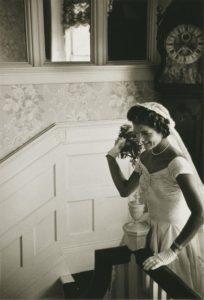 Jacqueline Kennedy lancia il suo bouquet al termine della sua cerimonia di nozze