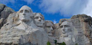 I volti di George Washington, Thomas Jefferson, Theodore Roosevelt e Abramo Lincoln scolpiti sul monte Rushmore