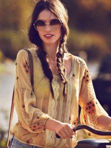 Una modella di oggi con un tipo di trecce che andava di moda negli anni '70