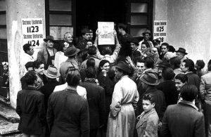 Le elezioni amministrative del 1946, il primo caso in Italia in cui anche le donne poterono votare