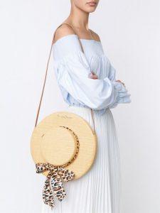 Una borsa di paglia a forma di cappello da Charlotte Olympia