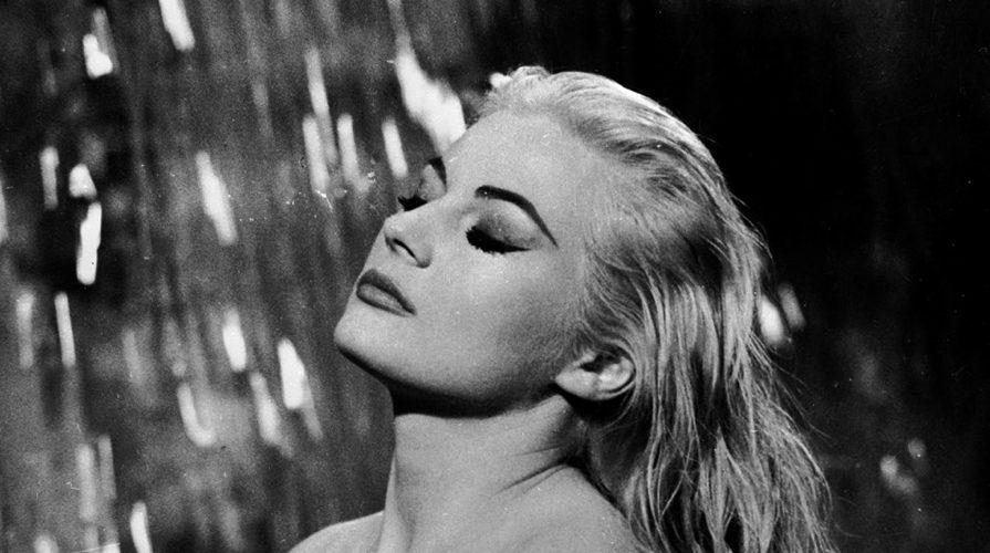 Anita Ekberg, una delle attrici più belle degli anni '60, in una celebre scena de La dolce vita