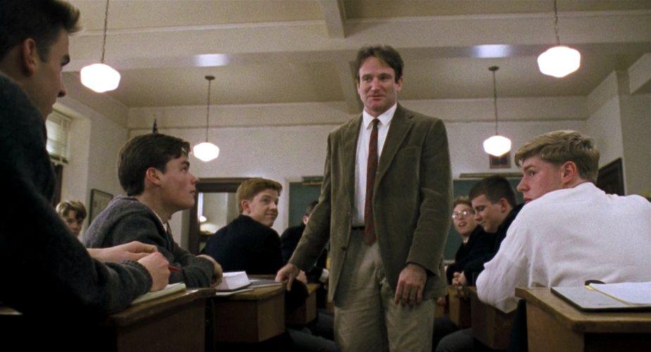 Robin Williams e i suoi allievi in L'attimo fuggente, uno dei più famosi film ambientati in una scuola, in questo caso un collegio maschile