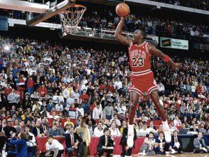 Michael Jordan in gioventù, durante una celeberrima schiacciata