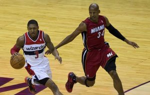 Ray Allen, a destra, mentre insegue Bradley Beal (foto di Keith Allison via Flickr)