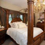 La camera da letto prima della cura dei fratelli in affari
