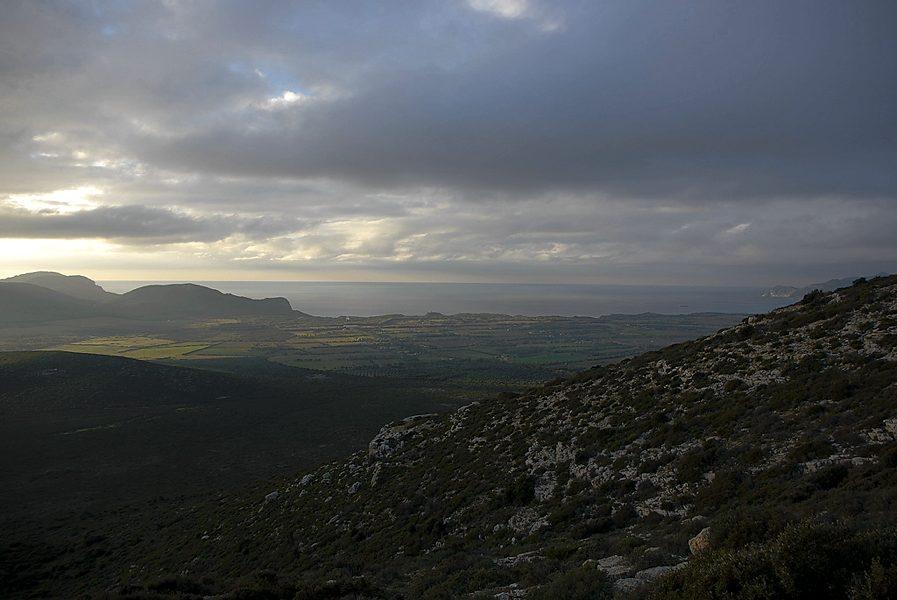La costa di Alghero, in provincia di Sassari (foto di Randomaze via Flickr)
