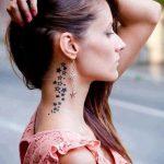 Un bel tatuaggio di piccole stelle, anche se numerose