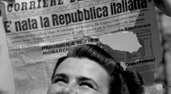La celebre foto in cui una donna festeggia l'esito del referendum istituzionale del 1946, il primo a suffragio universale