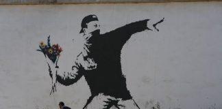 """""""Flower Thrower"""", forse la più celebre opera di Banksy"""