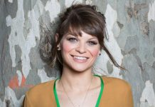 Una sorridente Alessandra Amoroso e le sue canzoni più belle