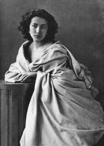 La grande attrice francese Sarah Bernhardt ritratta da Nadar nel 1865