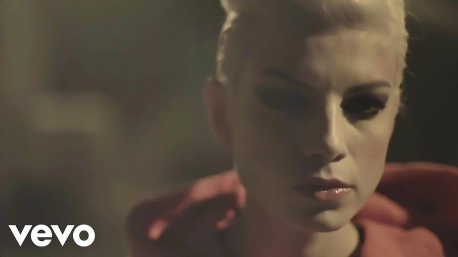 Emma nel video di Cercavo amore