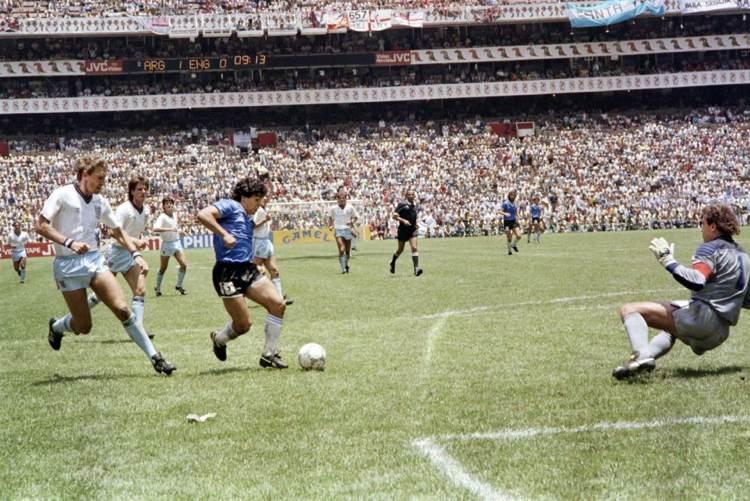 Maradona al termine della cavalcata del gol del secolo, uno dei gol più belli della storia