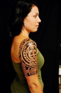 Tatuaggio maori su un corpo femminile