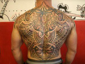 Un ampio disegno sulla schiena