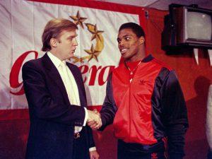 Un giovane Trump con Herschel Walker, stella del football universitario ingaggiata dai suoi Generals