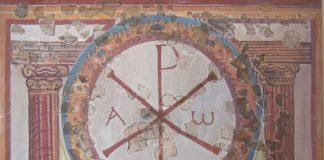 Il monogramma di Cristo accompagnato dall'alfa e dall'omega, cioè alcuni dei più celebri simboli del cristianesimo (foto di Udimu via Wikimedia Commons)