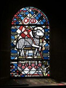 Un agnello su una vetrata di una chiesa