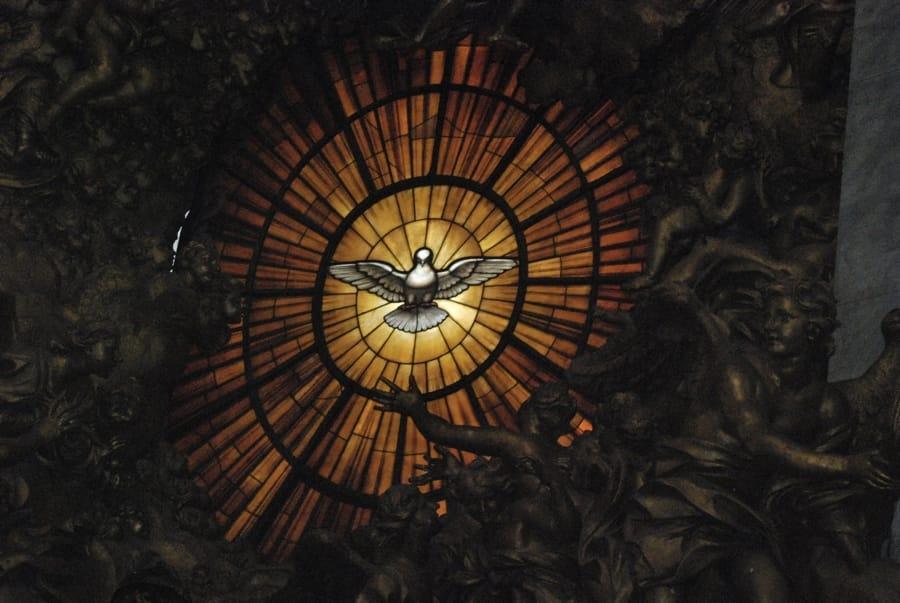 Una colomba su una vetrata della Basilica di San Pietro